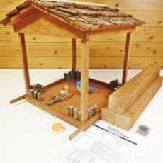 豪華な杉皮屋根仕様です。組み立て式です。説明書、柱、釘、小枝、接着剤など入っています。
