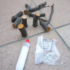 小枝、接着剤、波釘、木ねじなど入っています。