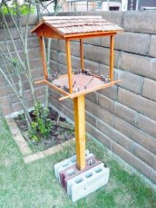 組み立て例 柱をブロックなどで固定してください。