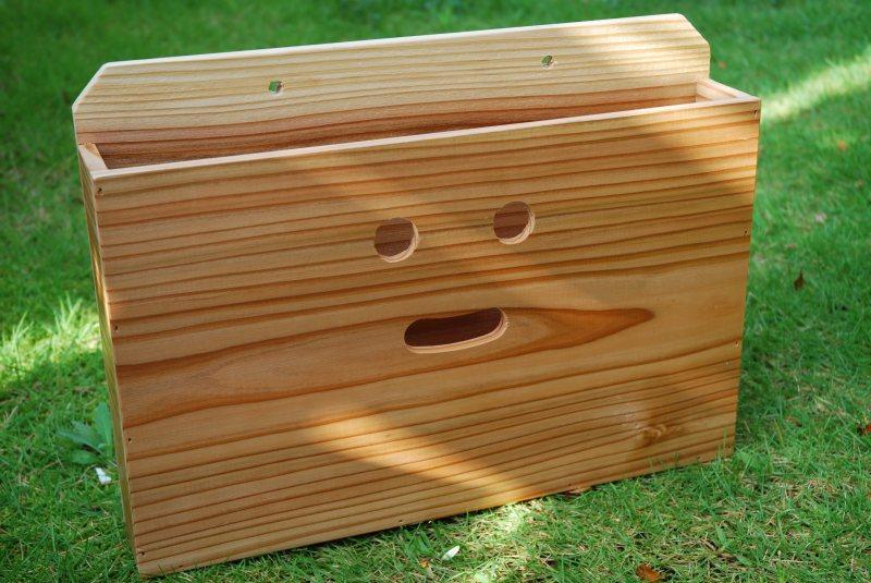 画像1: 【木製ポスト】にこにこ!杉 木製ポスト横型(新聞、回覧板、メール宅配便入れ) (1)