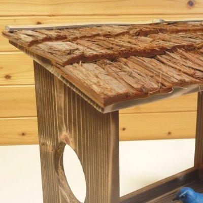 画像2: 【野鳥用餌台(バードフィーダー)】職人手作り 杉皮屋根 焼き杉バードフィーダー(完成品)